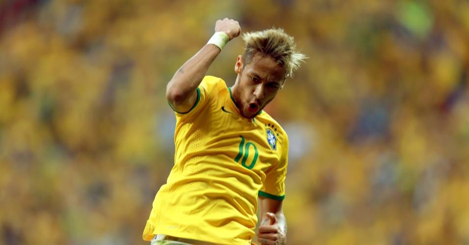 23.jun.2014 - Depois de marcar pela segunda vez, Neymar dá soco no ar no jogo contra Camarões no Mané Garrincha
