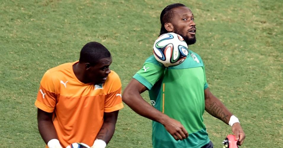 Didier Drogba mata a bola durante treino da Costa do Marfim no Castelão, palco do decisivo confronto desta terça-feira, contra a Grécia