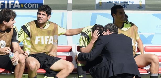 David Villa é consolado por companheiros após deixar o campo