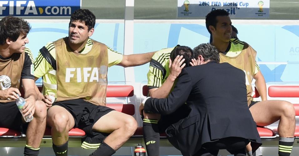 Diego Costa consola David Villa, que foi substituído na vitória da Espanha sobre a Austrália por 3 a 0