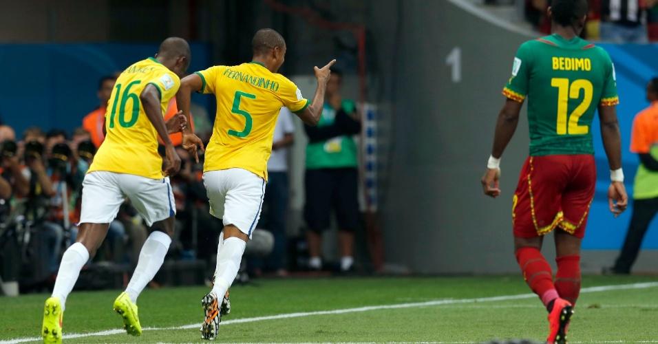 23.jun.2014 - Fernandinho comemora após marcar o quarto da seleção brasileira contra Camarões em Brasília