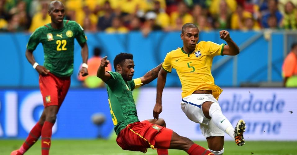 23.jun.2014 - Fernandinho finaliza e completa a goleada do Brasil sobre Camarões por 4 a 1, no Mané Garrincha