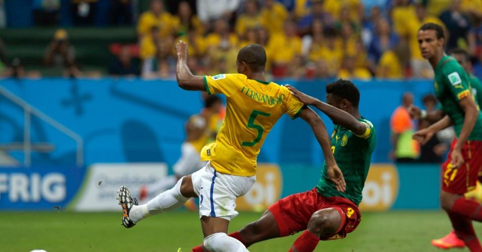 23.jun.2014 - Fernandinho, que entrou no intervalo, finaliza e marca o quarto do Brasil contra Camarões