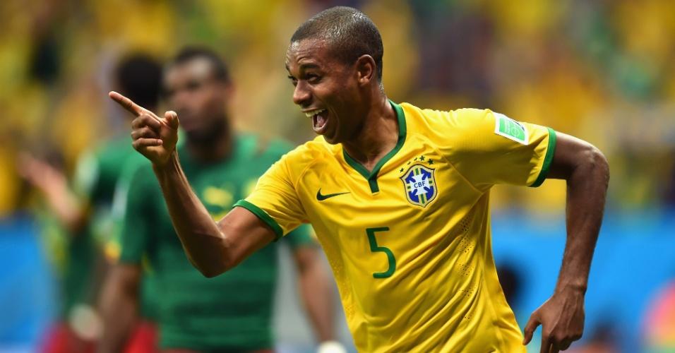 23.jun.2014 - Fernandinho, que entrou no intervalo, marca o último gol brasileiro na vitória por 4 a 1 sobre Camarões