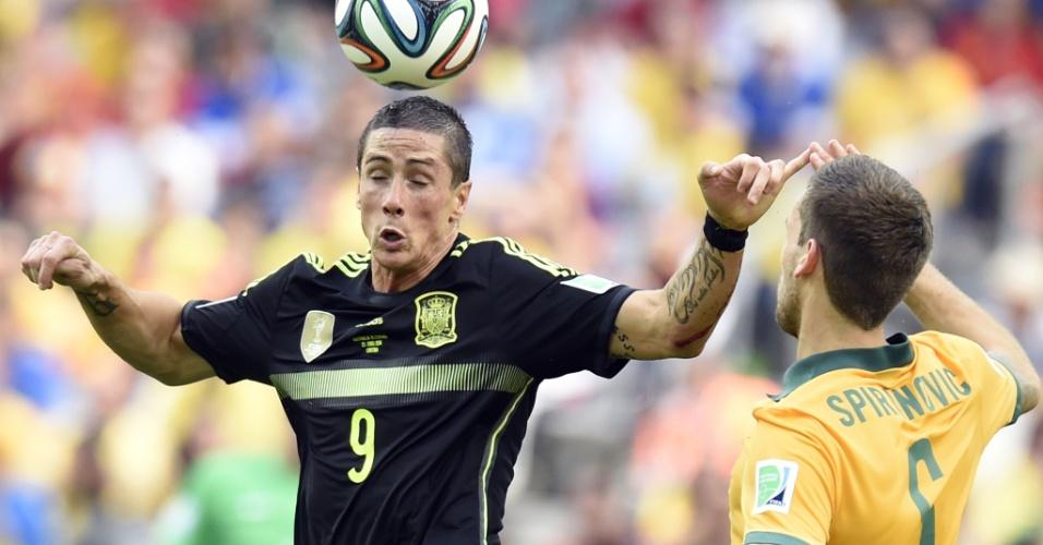 Fernando Torres, da Espanha, cabeceia bola durante partida contra a Austrália em Curitiba