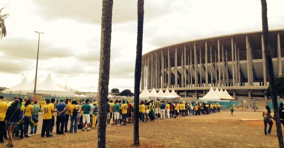 Torcedores fazem fila antes da abertura dos portões no estádio Mané Garrincha