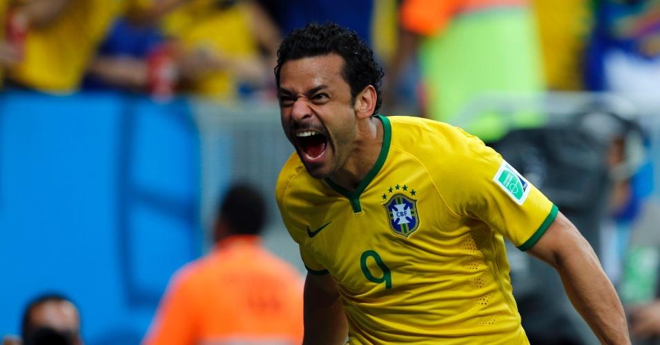 23.jun.2014 - Fred comemora após marcar seu primeiro na Copa e o terceiro do Brasil contra Camarões