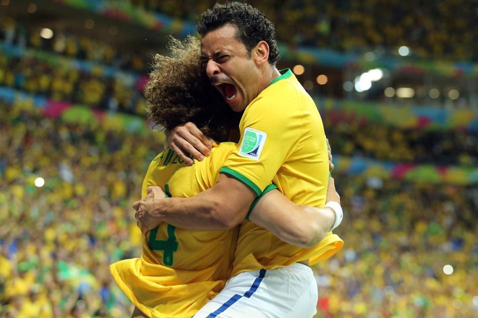 23.jun.2014 - Fred comemora com David Luiz depois de marcar o terceiro gol do Brasil contra Camarões, no Mané Garrincha
