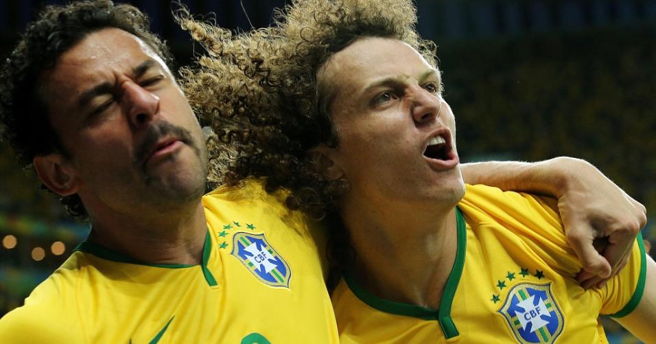 23.jun.2014 - Fred e David Luiz comemoram o terceiro gol do Brasil contra Camarões, no estádio Mané Garrincha