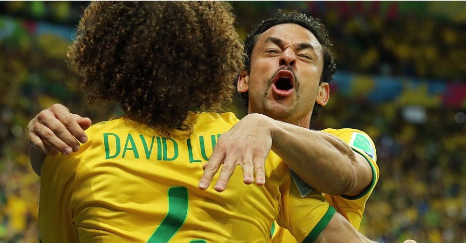 23.jun.2014 - Fred e David Luiz se abraçam para comemorar o gol do atacante na partida entre Camarões e Brasil, no Mané Garrincha