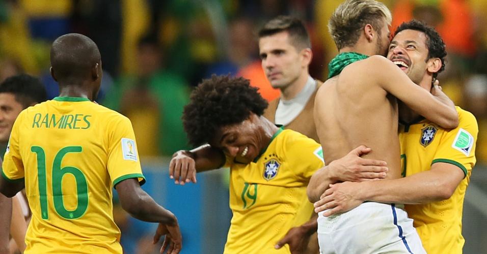23.jun.2014 - Fred e Neymar, que marcaram na vitória sobre Camarões, comemoram a classificação e a primeira posição no grupo A