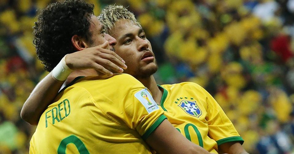 23.jun.2014 - Fred e Neymar se abraçam depois do terceiro gol do Brasil sobre Camarões, por 4 a 1