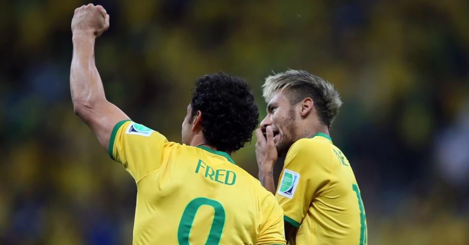 23.jun.2014 - Fred ergue o braço e comemora com Neymar na vitória do Brasil sobre Camarões por 4 a 1