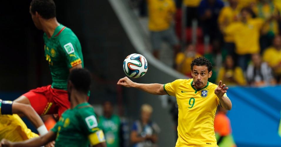 23.jun.2014 - Fred recebe cruzamento e cabeceia para ampliar o placar a favor do Brasil contra Camarões