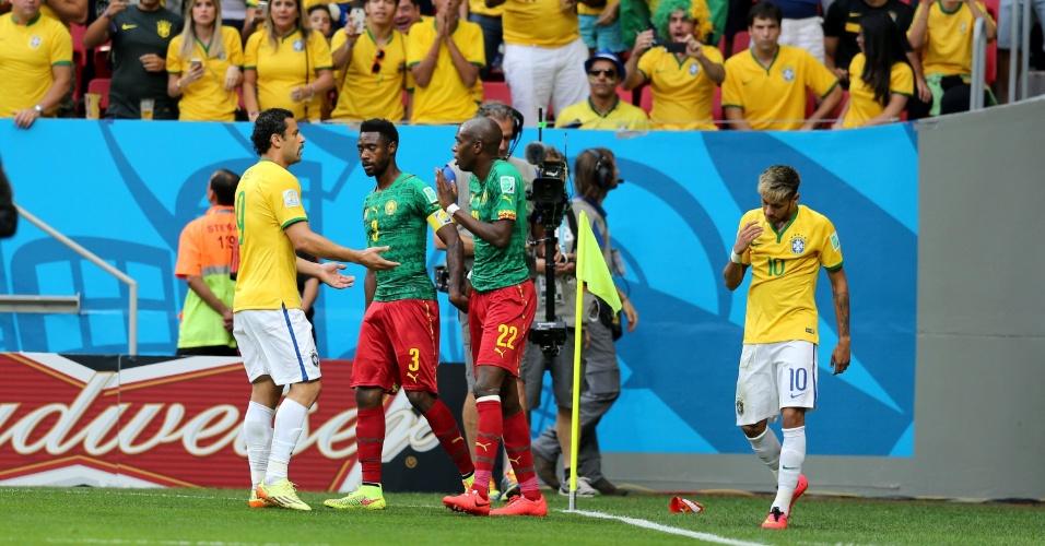 23.jun.2014 - Fred reclama com Nyom, que empurrou Neymar fora de campo no início da partida em Brasília
