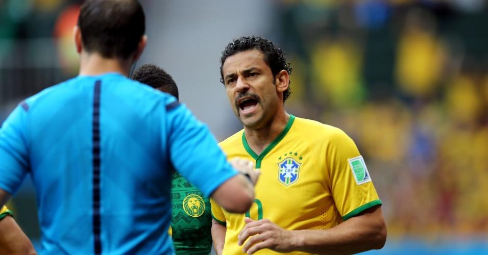 23.jun.2014 - Fred reclama com o árbitro durante o jogo entre Camarões e Brasil, em Brasília
