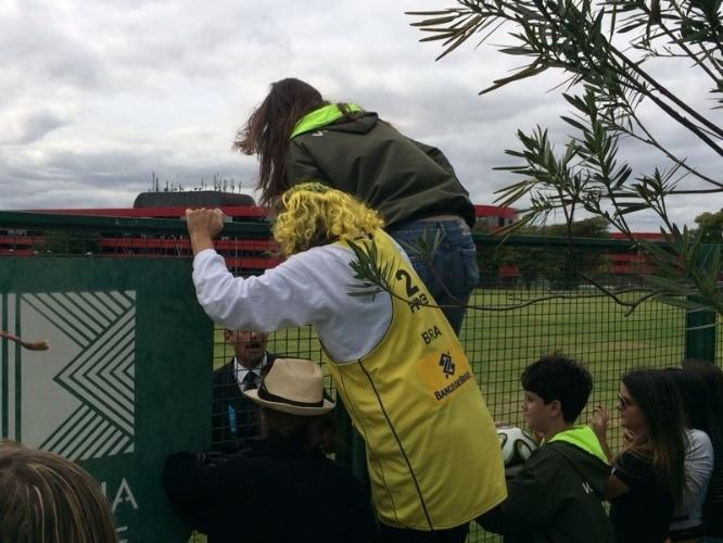 Funcionária do Ministério do Esporte tenta invadir hotel onde está concentrado a seleção brasleira em Brasília