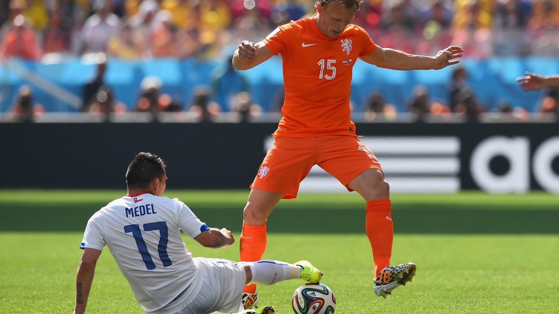 Gary Medel e Dirk Kuyt disputam lance na partida entre Chile e Holanda, no Itaquerão