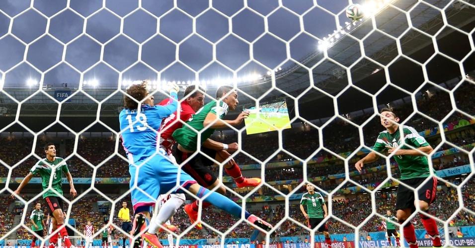 Guillermo Ochoa, goleiro do México, faz a defesa após cruzamento para a área