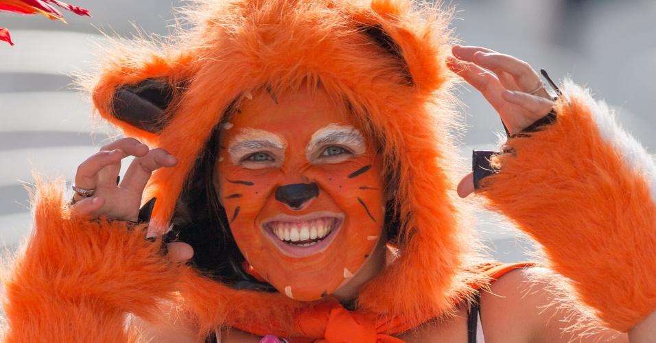 Holandesa vai ao Itaquerão fantasiada de leoa em jogo contra o Chile