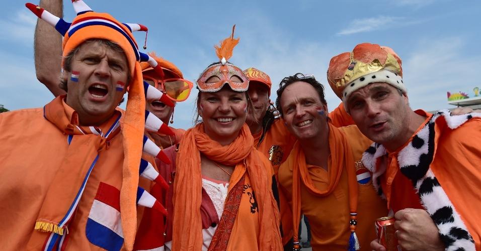 Holandeses fazem festa durante a chegada ao Itaquerão para a partida contra o Chile
