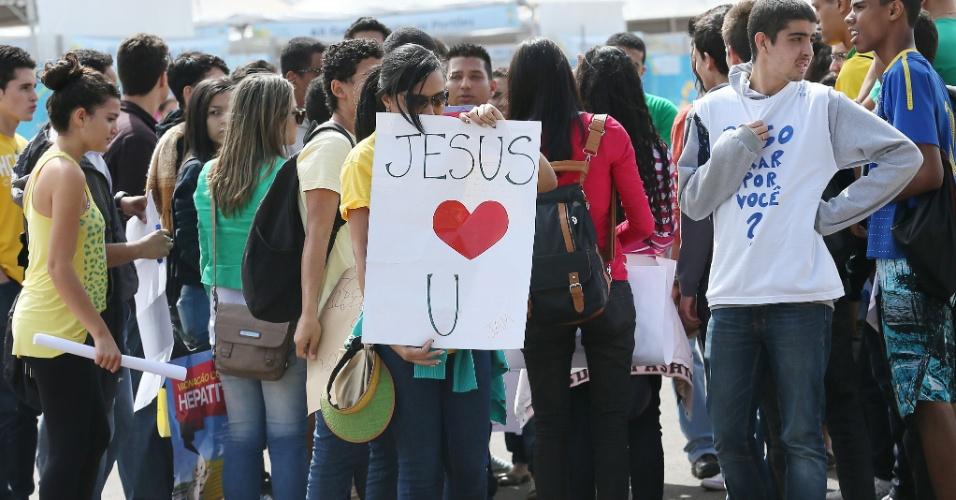 Integrantes da Igreja Batista Internacional fazem ato evangélico em frente ao estádio Mané Garrincha