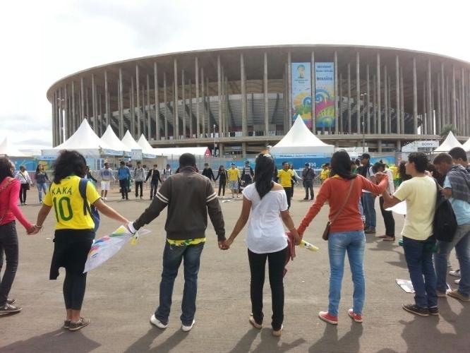 Integrantes da Igreja Batista Internacional fazem roda durante ato em frente ao estádio Mané Garrincha