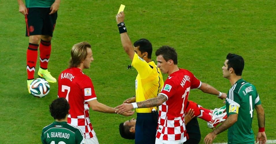 Ivan Rakitici, um dos astros da Croácia, recebe cartão amarelo do árbitro Ravshan Irmatov