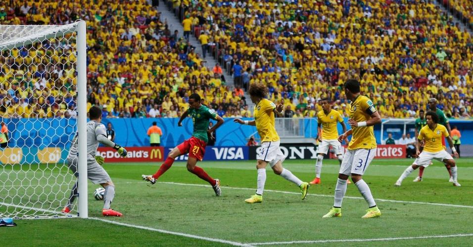 23.jun.2014 - Joel Matip, de Camarões, só completa para o fundo do gol e marca o primeiro de Camarões contra o Brasil