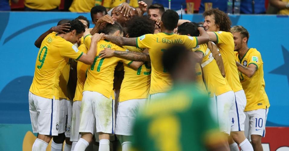23.jun.2014 - Jogadores brasileiros comemoram o quarto gol na vitória por 4 a 1 sobre Camarões, em Brasília