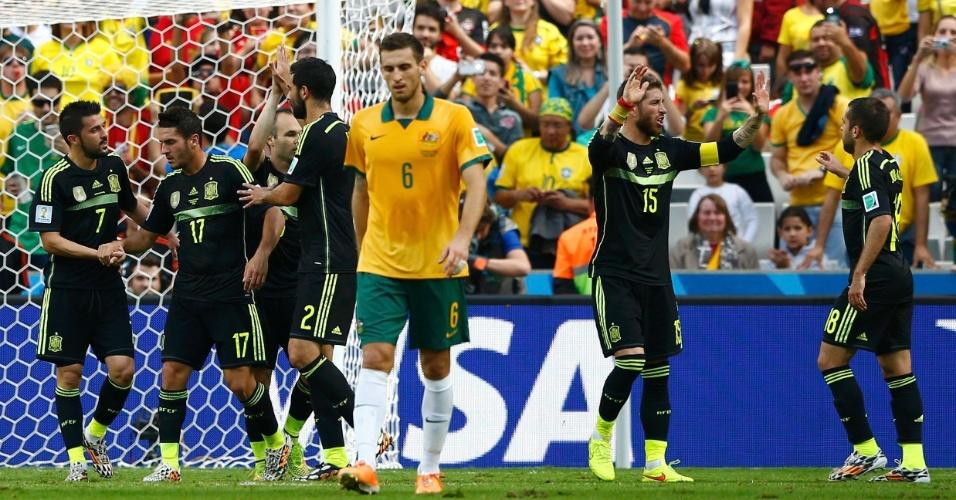 Jogadores da Espanha celebram gol de David Villa contra a Austrália, na Arena da Baixada