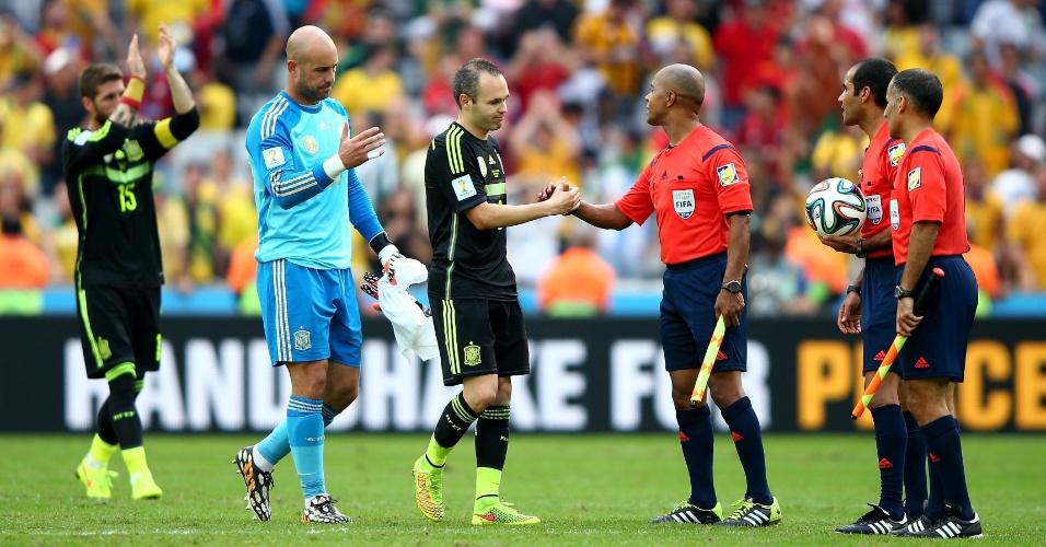 Jogadores da Espanha cumprimentam o trio de arbitragem depois da vitória por 3 a 0 sobre a Austrália