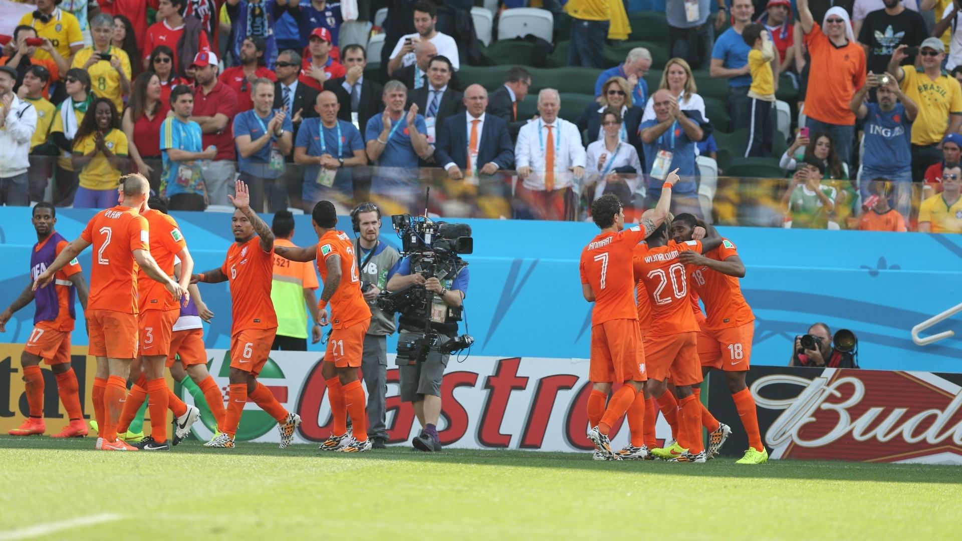 Jogadores da Holanda comemoram gol marcado por Leroy Fer contra o Chile