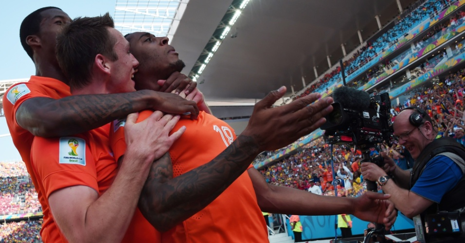 Jogadores da Holanda comemoram gol de Leroy Fer na partida contra o Chile no Itaquerão
