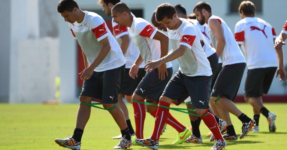 Jogadores da seleção da Suíça fazem treino físico nesta segunda-feira, em Porto Seguro