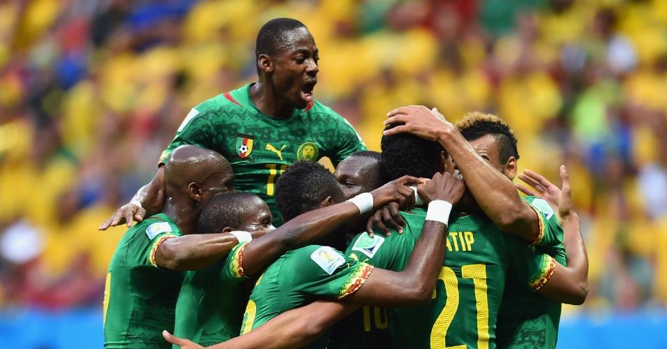 23.jun.2014 - Jogadores de Camarões comemoram o gol de empate contra a seleção brasileira em Brasília