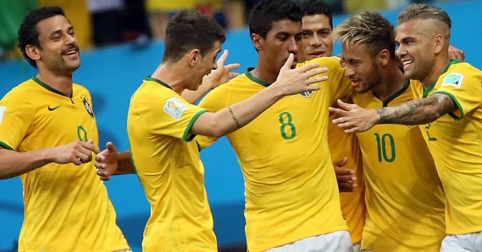 23.jun.2014 - Jogadores do Brasil comemoram o segundo gol de Neymar contra Camarões, no Mané Garrincha
