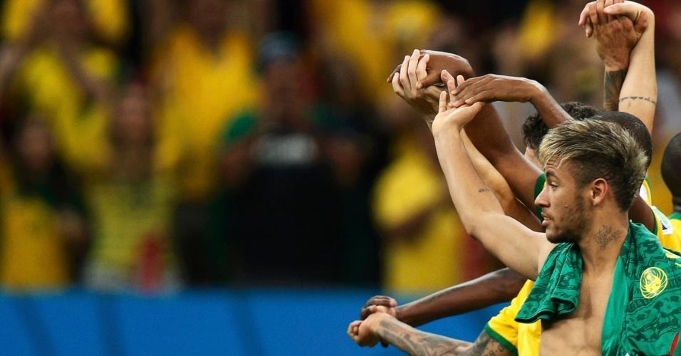 23.jun.2014 - Jogadores do Brasil mostram união e agradecem à torcida que foi ao estádio na vitória por 4 a 1 sobre Camarões
