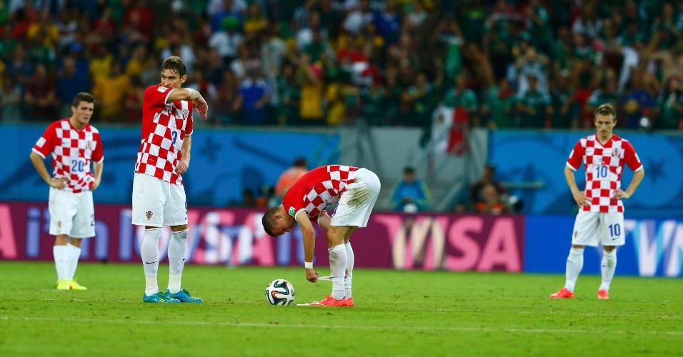 Jogadores do Croácia lamentam após segundo gol do México na Arena Pernambuco