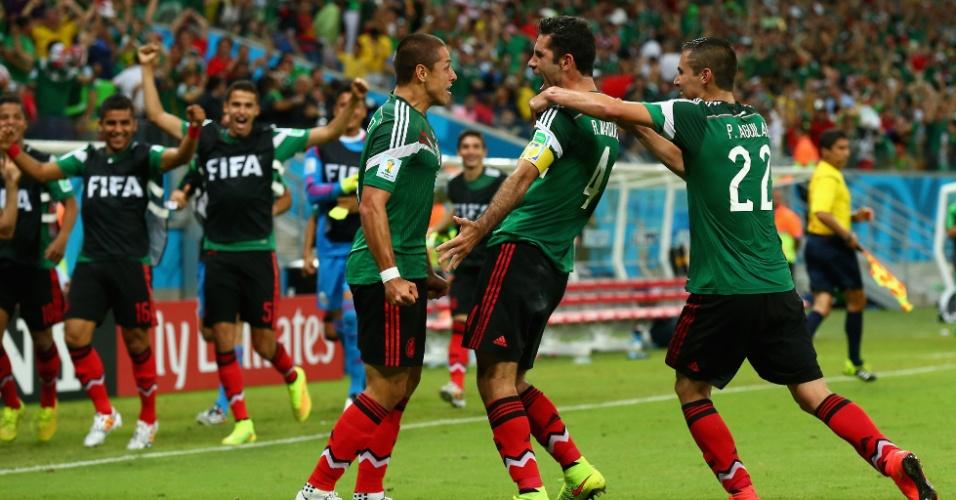 Jogadores do México comemoram gol que abriu o placar na Arena Pernambuco