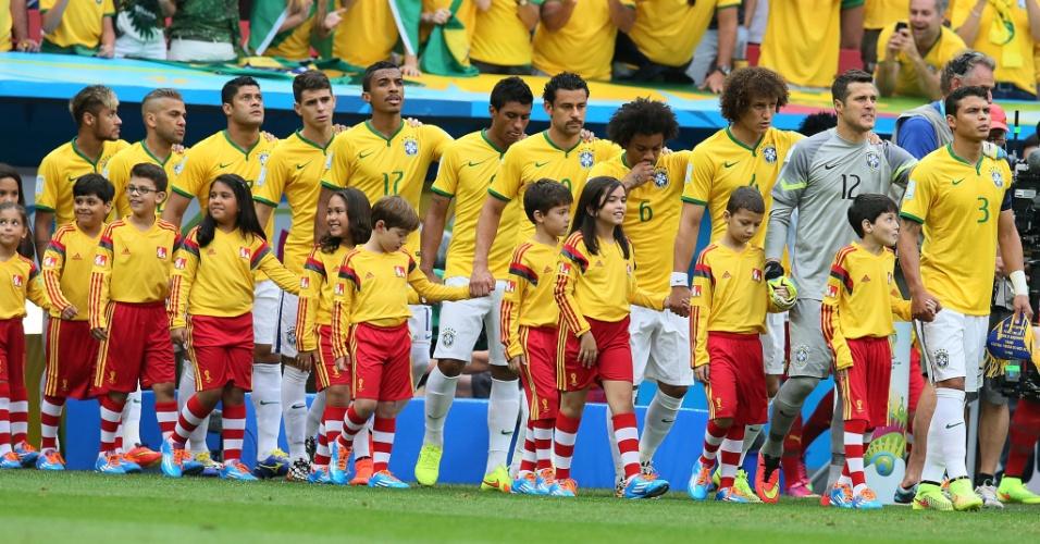 23.jun.2014 - Jogando de calção branco, seleção brasileira entra em campo para a partida contra Camarões
