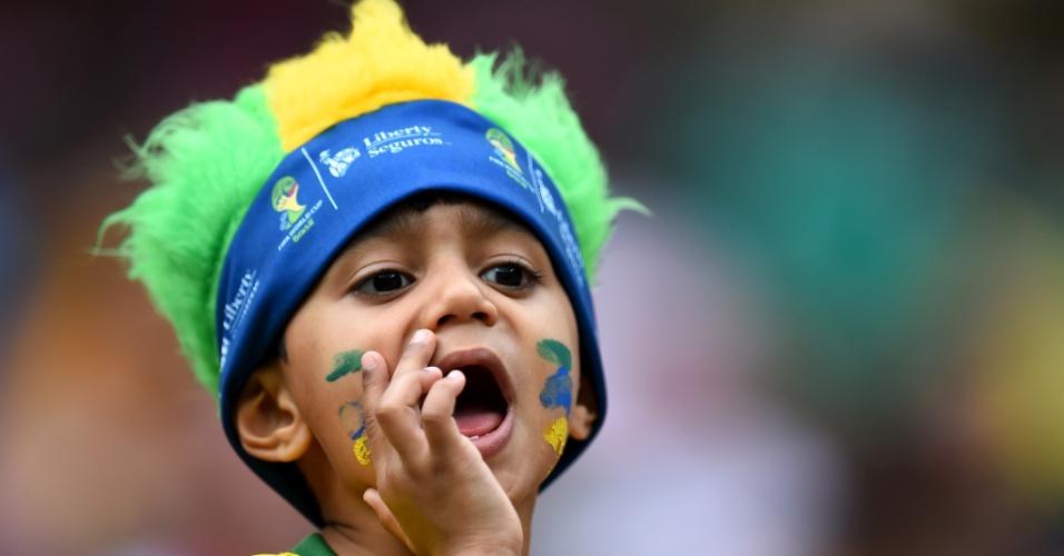 Jovem torcedor brasileiro se manifesta durante jogo entre Croácia e México
