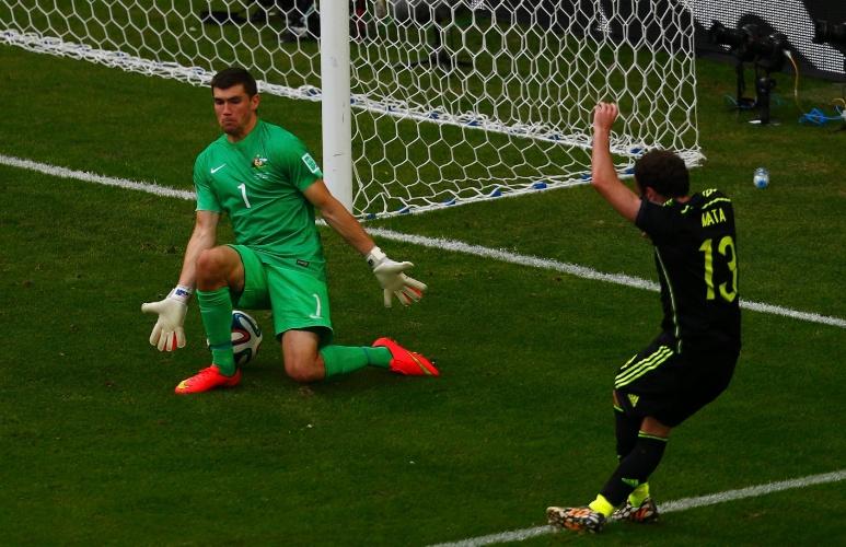 Juan Mata, da Espanha, toca entre as pernas de Mathew Ryan, da Austrália, e marca terceiro gol espanhol na Arena da Baixada, em Curitiba.
