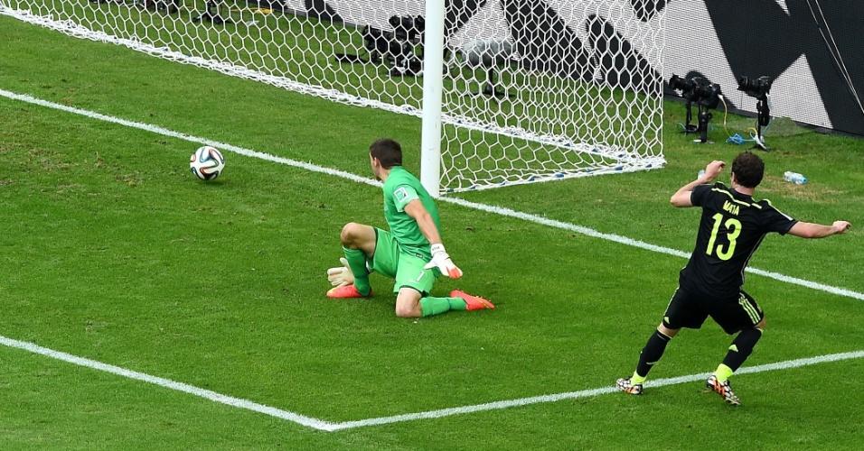Juan Mata marca o terceiro gol da Espanha na vitória sobre a Austrália por 3 a 0 na Arena da Baixada