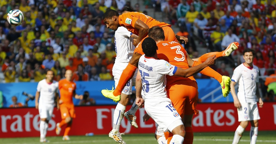 Leroy Fer sobe para cabecear a bola e abre o placar para a Holanda contra o Chile