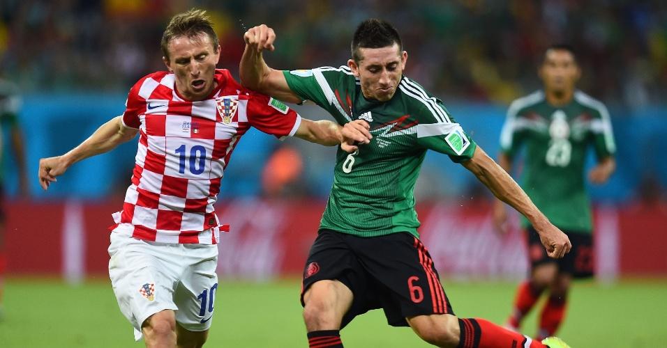 Luka Modric, da Croácia, tenta levar a melhor sobre Hector Herrera, do México