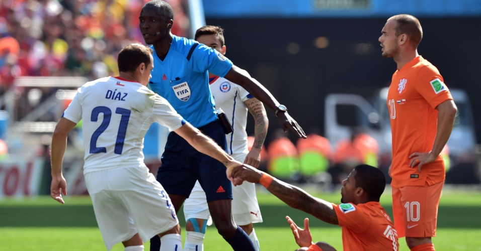 Marcelo Diaz dá a mão para Jeremain Lens após lance da partida entre Holanda e Chile