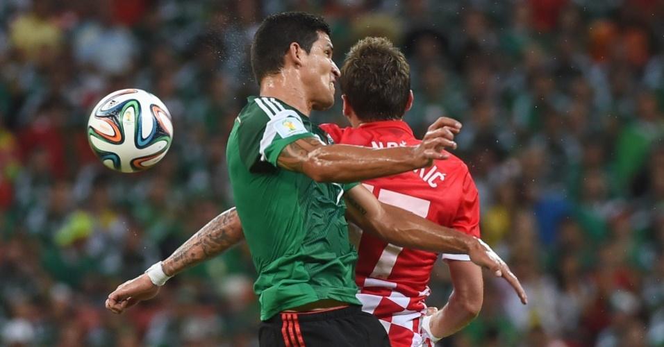 Mario Mandzukic, da Croácia, e Francisco Rodriguez, do México, disputam bola pelo alto