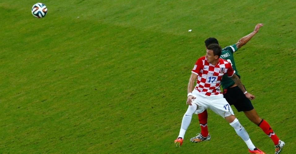 Mario Mandzukic, da Croácia, e Francisco Rodriguez, do México, procuram a bola após dividida