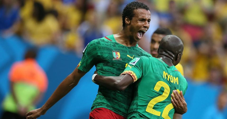 23.jun.2014 - Matip, de Camarões, comemora com Nyom depois de empatar o jogo contra o Brasil